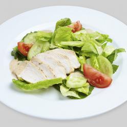 Зеленый салат с курицей и ореховым соусом