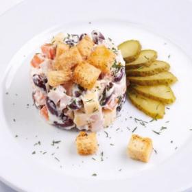 Салат с сыром и красной фасолью и гренками