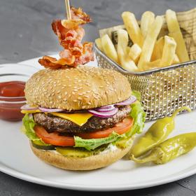Бургер с говяжьей котлетой с пикантным соусом
