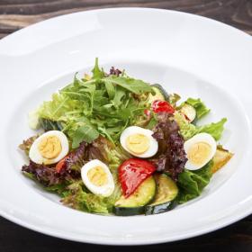 Салат с обжаренными овощами и перепелиными яйцами