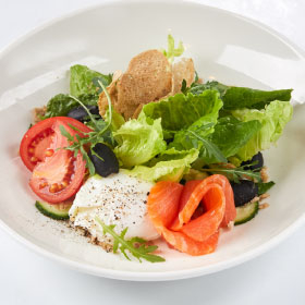 Салат с яйцом Пашот и лососем с медовым соусом