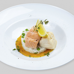 Филе трески и лосося на пару с рисом и зеленым горошком