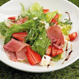 Салат с прошутто, моцареллой и клубникой